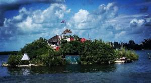 Una isla construida sobre miles de botellas de plástico se convierte en un referente turístico en Cancún